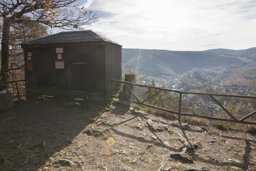 Trippstein mit Borkenhütte